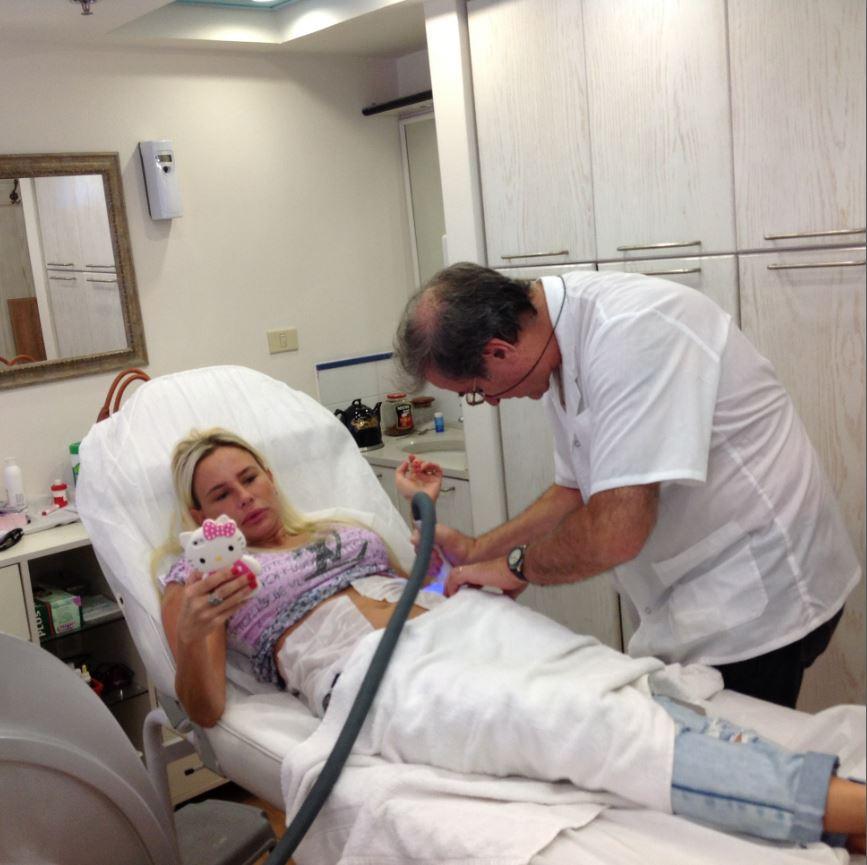 """ד""""ר גילוני במהלך הטיפול"""